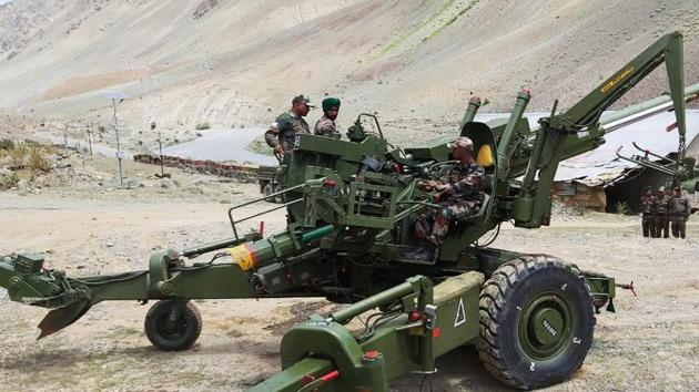 Bofors demonstration ahead of the 20th Kargil Vijay Diwas in Dras.(ANI Photo)