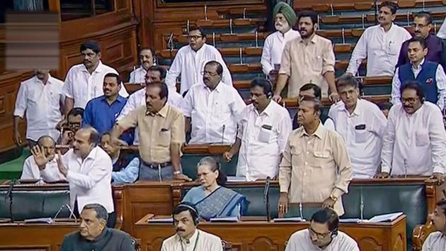 Opposition Congress members protest in the Lok Sabha.(PTI)