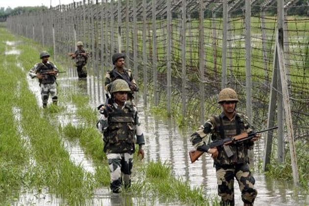 The BSF personnel patrolling on the fence at International Border at Suchetgarh about 30 km from Jammu. Senior army officials pointed to the general decline in infiltration along the border.(Photo by Nitin Kanotra / Hindustan Times)
