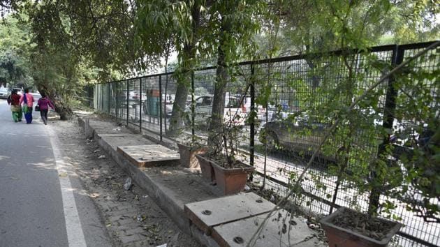 The Ghaziabad development authority (GDA) has engaged a consultant to prepare a design to improve walkability and uplift pedestrian movement in Indirapuram township.(Sanchit Khanna/HT PHOTO)