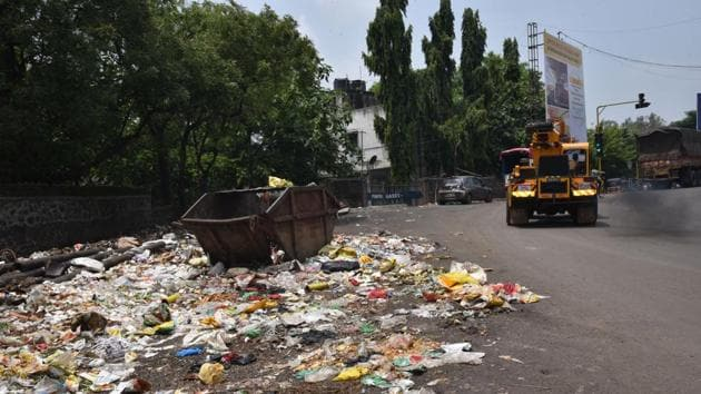 Even after appointment of new contractors by PCMC, areas in Yashwantnagar chowk, Bhosari, are littered with trash.(HT PHOTO)