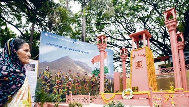 A replica of Kargil war memorial is unveiled at the FTII in Pune, on Thursday. The memorial is open to the public and installed to mark the 20th anniversary of Operation Vijay.(Sanket Wankhade/HT PHOTO)