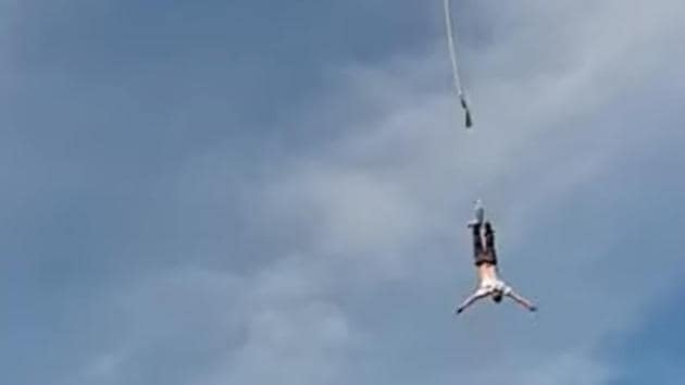 The rope snaps and the man is seen plummeting.(YouTube/Worldwide.Modern.Technology)