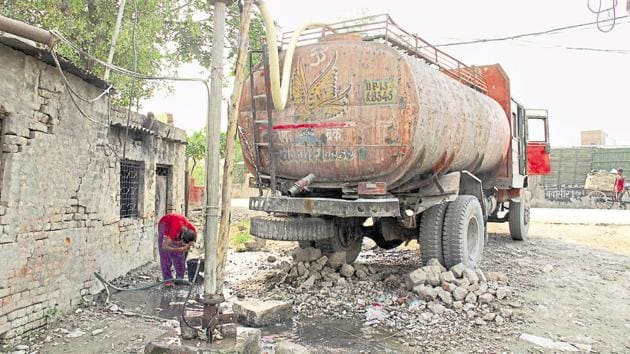 Commercial, industrial, infrastructural and bulk users of the ground water, who violate the provisions of UP Ground Water (Management and Regulation) Act, 2019 may be imprisoned for up to seven years along with a Rs 20 lakh fine as well.(Sakib Ali/HT File Photo)