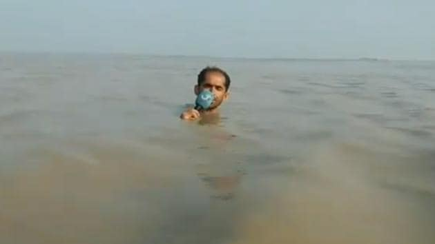 The reporter was reporting on rising levels of Sind river and its impact.(Twitter/@Saad612011)