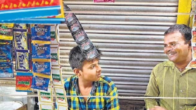 The uncle-nephew duo of Munna Prasad and Azad Kumar man a stall in Gurugram's Jacobpura.(HT Photo)