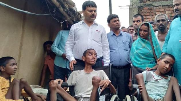 Bihar disability commissioner Dr Shivaji Kumar at Devmuni Singh Yadav's house on Saturday, July 27, 2019.(HT Photo)