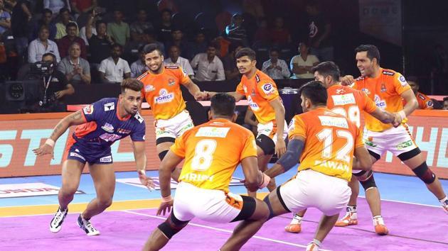 Maninder Singh shows off his raiding.(Pro Kabaddi League)