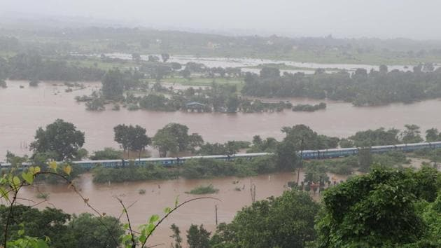 Passengers were stranded for over 14 hours in Mahalaxmi express near Vangani station due to water logged in track.(Rishikesh Choudhary/ Hindustan Times)
