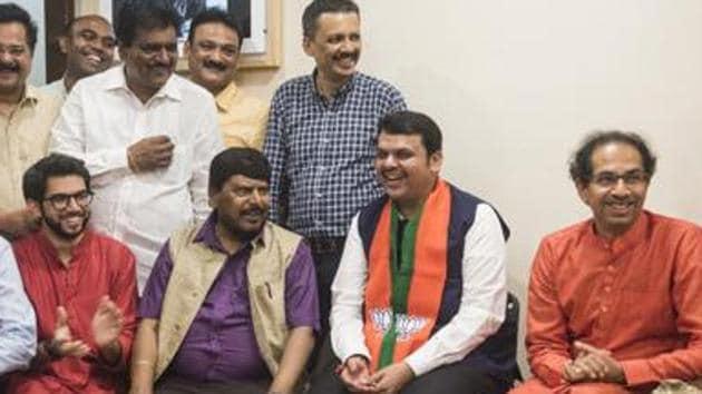 Aditya Thackeray, Ramdas Athavale, CM Devendra Fadnavis and Shiv Sena Chief Uddhav Thackeray share a light moment at Matoshri.(Aalok Soni/Hindustan Times)