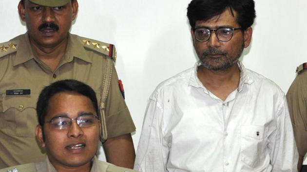 The suspect, Rajesh Khantwal, in police custody.(Sunil Ghosh / HT Photo)
