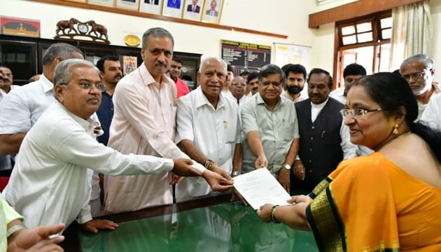 BJP MLA Vishweshwar Kageri (secodn from left) was the only one who filed his nomination with Assembly secretary MK Vishalakshi.(HT PHOTO)