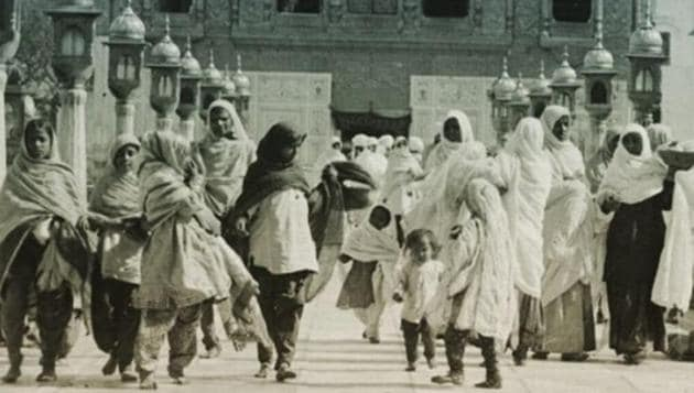 Women in different attires walking down the causeway of the Golden Temple in Amritsar in early 20th century.(Personal collection)