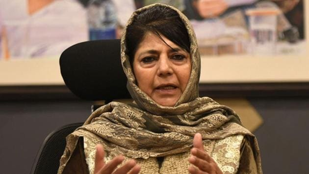 Peoples Democratic Party (PDP) president and former chief minister of Jammu Kashmir, Mehbooba Mufti, addressing a press conference in Srinagar.(Waseem Andrabi/ Hindustan Times)