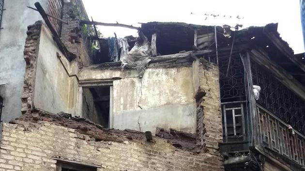 Wall collapse at Rastrabhushan chowk, Ghorpadi peth in Pune, India, on Monday, July 29, 2019.(Rahul Raut/HT PHOTO)