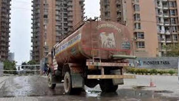 Delhi Jal Board deploys around 900 water tankers every day to supply water to houses in the capital, there are more than twice as many private and unregistered water tankers that operate.(HT FILE)
