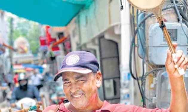 Ram Bir sells crispy snacks around the lanes of Gurugram.(HT Photo)