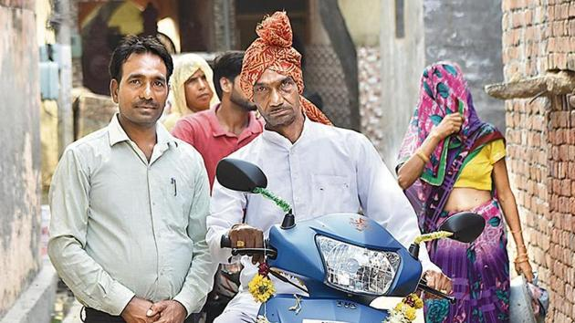 60 year old Kure Ram (C) made his dream come true after he boarded a helicopter on Tuesday and returned home in it as part of his retirement celebrations, at Sadpura Village Faridabad(Yogesh Kumar/Hindustan Times)