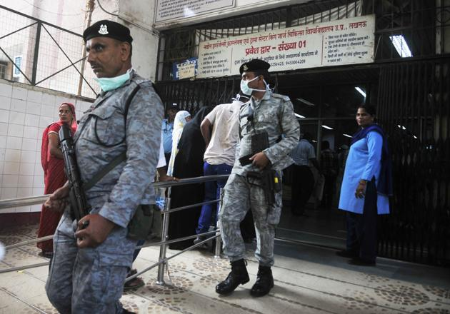 CRPF personnel at Lucknow's KGMU.(Deepak Gupta/ht)