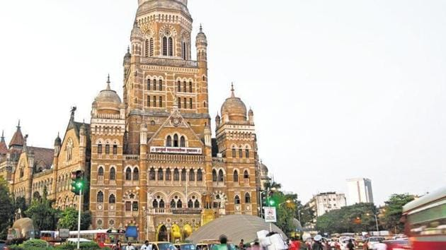 Mumbai Parking Authority (MPA) has put forth a proposal to allow public parking at vacant spaces or left over parking slots in malls during the week.(HT FILE)