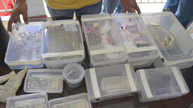 The police recovered jewellery worth Rs 58 lakh, cash amounting to Rs 49.45 lakh and a foreign made licensed revolver, besides some of the loot from the four suspects.(Sakib Ali / HT Photo)