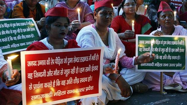 Members of Samajwadi party Mahila Morcha holding a candle march to express their solidarity with Unnao rape survivor.(ANI Photo)
