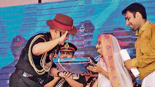 Rasoolan Bibi with Army Chief General Bipin Rawat in Dhamupur village of Ghazipur, UP, on September 10, 2017.(HT Archive)