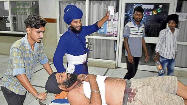 An injured nihang Jagtar Singh at Guru Nanak Dev Hospital in Amritsar on Friday.(Photo by Sameer Sehgal/ Hindustan Times)