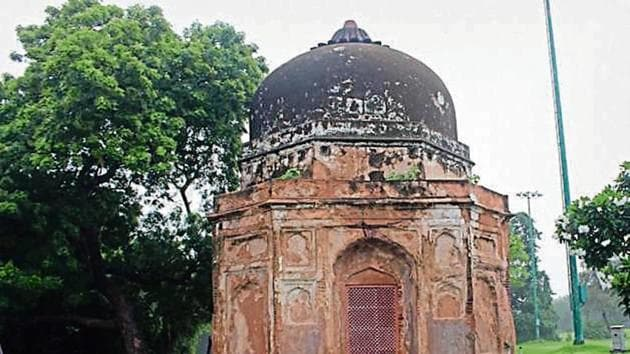 The monuments inside the club includes the tomb of Mir Taqi, Bagichi tomb, tomb of Sayyid Abid, two unknown tombs and one unknown mosque.(Sourced)