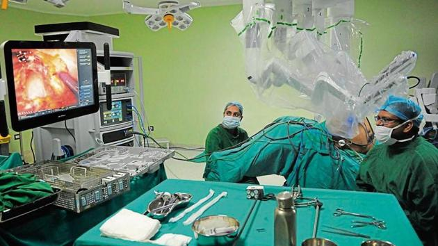 Doctors perform robotic surgery of a patient, at Fortis Hospital, near Huda City Centre metro station, in Gurugram, on Friday, July 26, 2019. (Photo by Parveen Kumar / Hindustan Times)