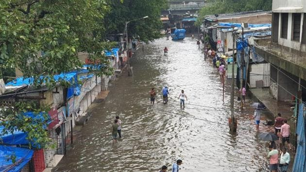 Waterlogging at Postal colony in Chembur as heavy rains continue to lash Mumbai.(Pratik Chorge/HT Photo)
