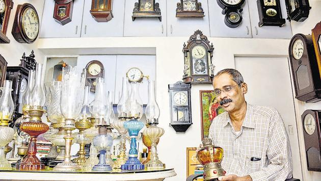 Shyam Mote, showcasing his collection of lamps. The very first thing he bought in the bazaar was an old railway kerosene lamp thus beginning his foray into collecting lamps, wall clocks and rare instruments.(Milind Saurkar/HT Photo)