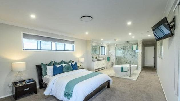 The master bedroom has an ensuite bathroom without any walls.(Twitter/@Debrabela81)