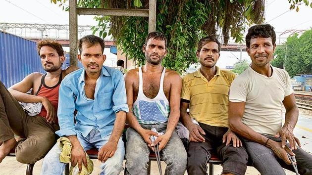 Five migrant labourers share the secret of de-stressing at day's end(HT Photo)