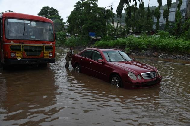 A Mercedes car stuck on Sion Panvel Highway at Near Nerul in Navi Mumbai, on Sunday, August 4, 2019.(Bachchan Kumar / HT Photo)
