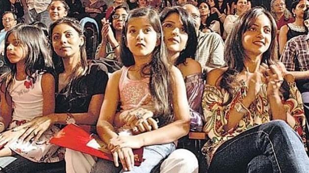 The throwback picture shows Suhana Khan, Gauri Khan, Shanaya Kapoor, Maheep Kapoor and Seema Khan from left to right.