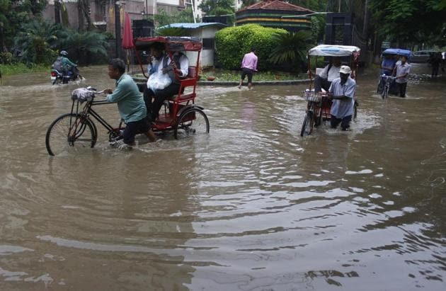 Heavy rain in Gurugram caused severe waterlogging at important locations, resulting in snarls, severely arresting traffic movement during the morning rush hours.(HT Photo)