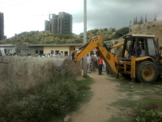 Of the 15 corner plots allotted to oustees, construction has taken place on only one such plots, while the rest are still vacant, said officials.(HT Photo)