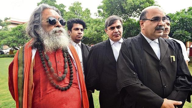 Hindu Mahasabha lawyer Barun Kumar Sinha outside Supreme Court after the Ayodhya land dispute case hearing in New Delhi on August 2.(Sonu Mehta/HT Photo)