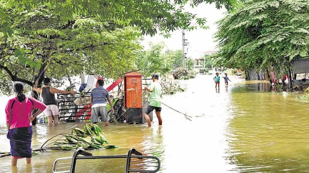 Flood-like situation in some parts of the city forced authorities to relocate residents of Bhimanagar (Balewadi) to Late Baburao Genuji Balwadkar primary school in Balewadi in Pune.(HT PHOTO)