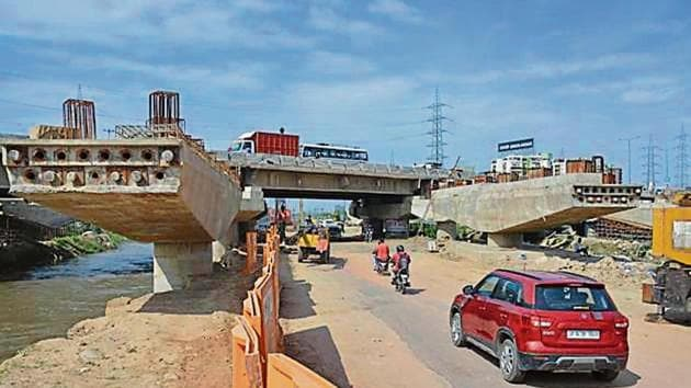 The canal road runs parallel to Hindon canal from Vasundhara to UP Gate, linking Ghaziabad with east Delhi and Noida.(sakib ali/ht)
