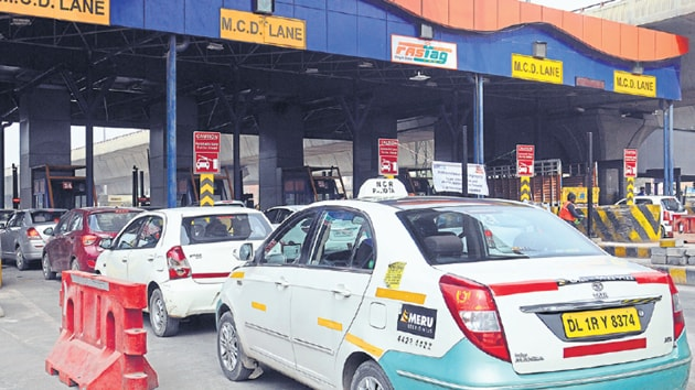 From August 16, commercial vehicles not carrying radio-frequency identification (RFID) tags will have to pay fines to enter the national capital from all the 13 major high-tech toll plazas in the city, according to a Supreme Court-appointed panel on air pollution.(HT File photo)