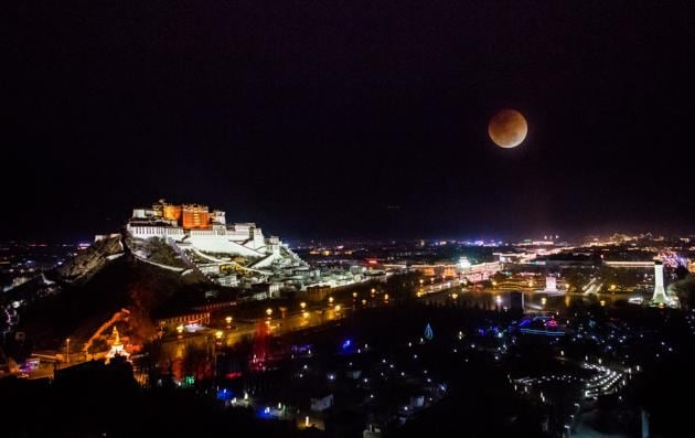 Blood moon over Lhasa.(Getty Images)