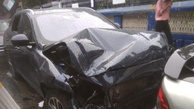 Three Bangladeshi nationals were waiting under this traffic post when a Mercedes, flung after it was hit by a speeding Jaguar, hit it, killing two of them.(HT Photo)