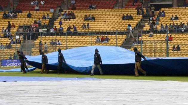 Ground staff covering the ground.(Hindustan Times)