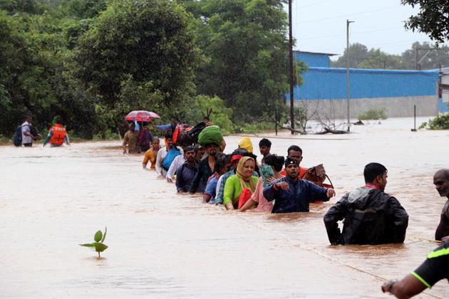 Thane Disaster Rescue Force(TDRF) and local residence carry out rescue and relief operation .(HT Photo)