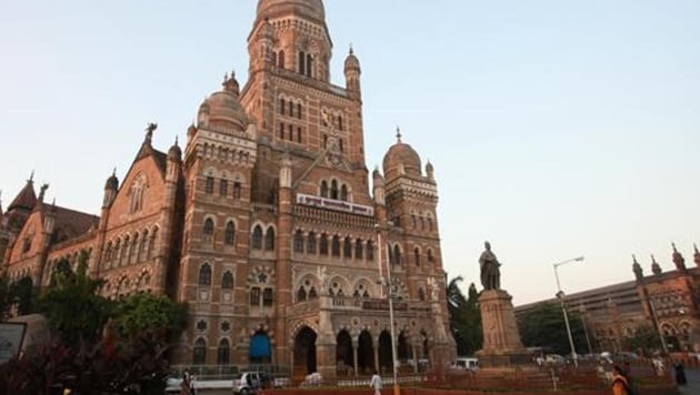 The BMC will set up sewers along 17-km of its banks and nine STPs at a cost of Rs 45.28 crore.(HT image)