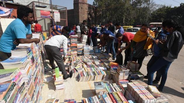 Footpath book market at Daryaganj in Delhi.(HT PHOTO)