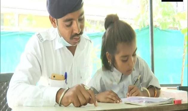 The traffic cops started an initiative 'Police Pathshala' about one and a half years ago with an aim to bring change in the children's lives.(ANI)