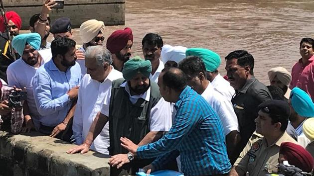 Punjab Chief Minister Captain Amarinder Singh inspecting the headworks station in Rupnagar, August 19, 2019.(HT Photo)
